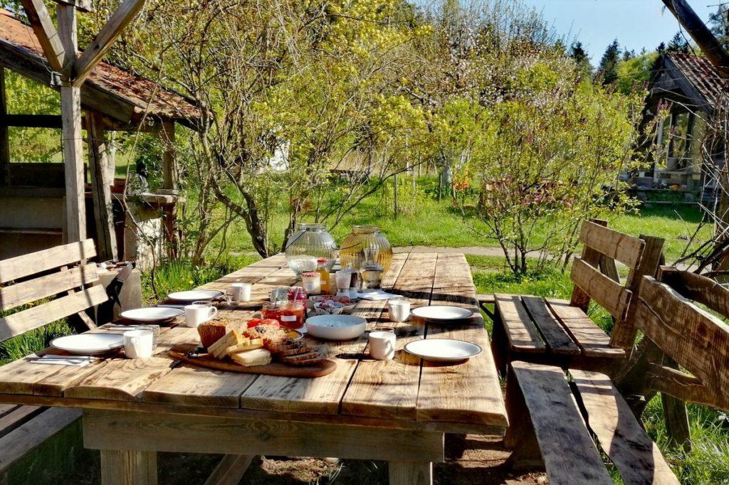 Table du petit déjeuner en extérieur