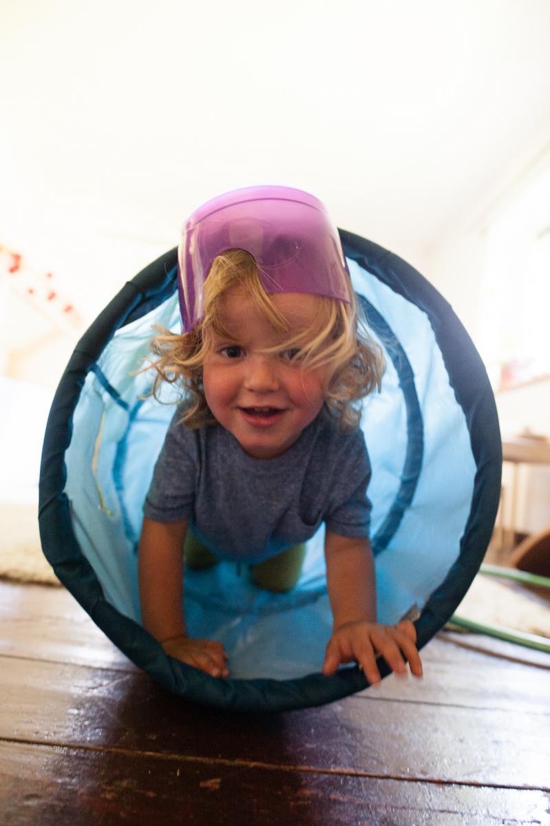 Ernest jouant et sortant de son tunnel