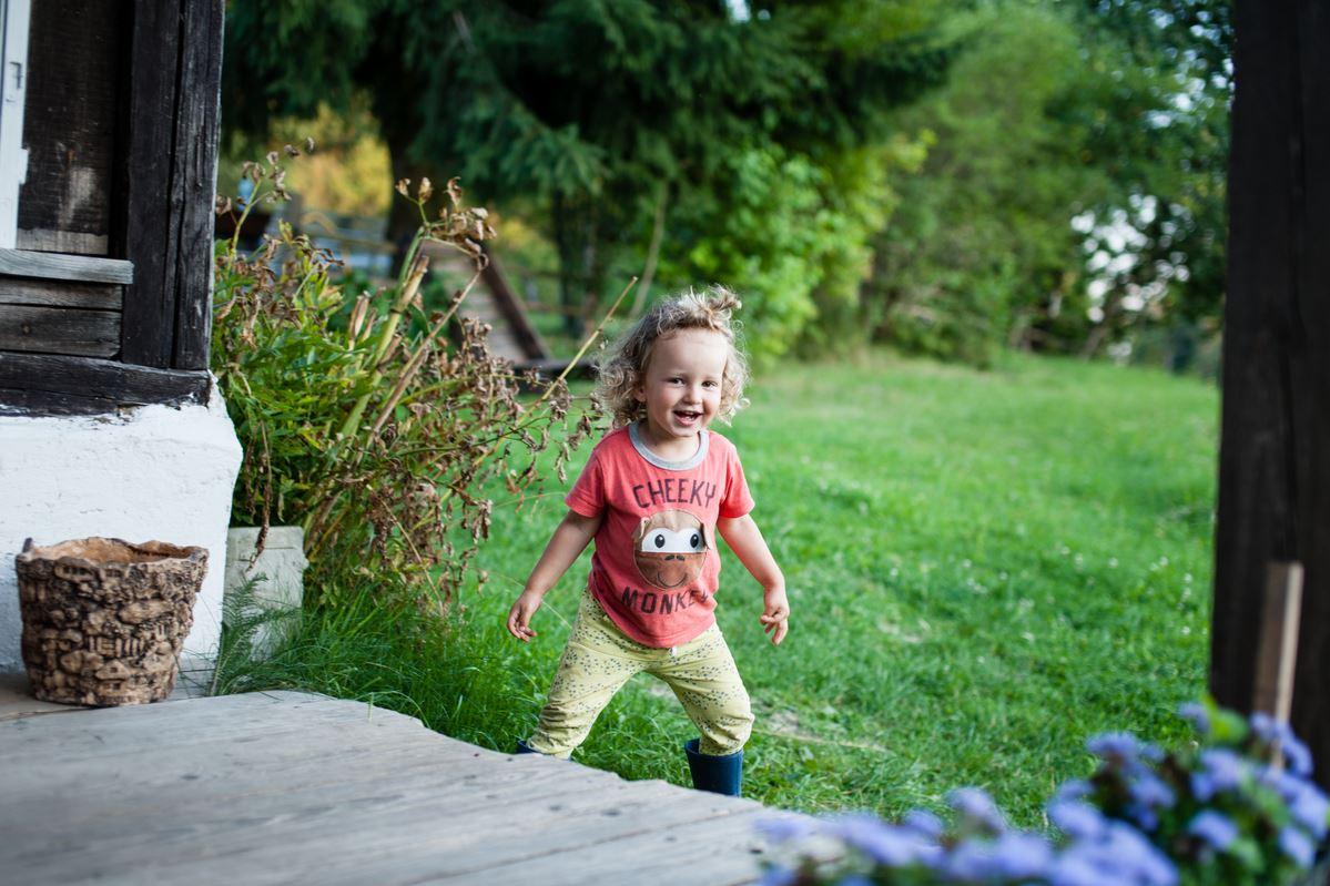 Enfant en vacances qui fait le plein de bonheur