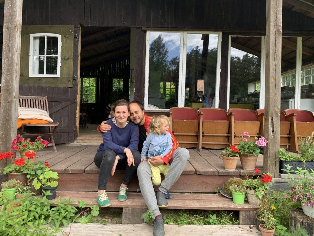 Ela David et Ernest Legros devant la cuisine d'été Herbegement Vacances Pologne