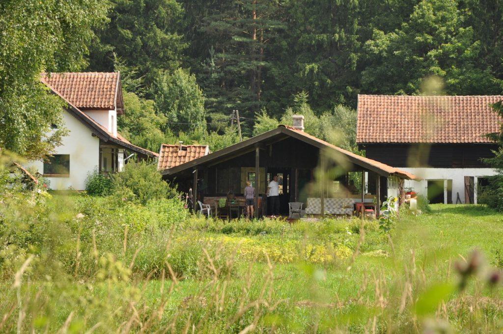Chambre d'hôtes Letnia Kuchnia Pologne Vue sur la cuisine d'été depuis la prairie