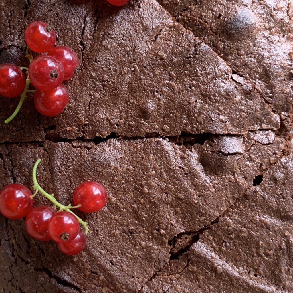 Brownie au chocolat avec ses groseilles fraiches du jardin