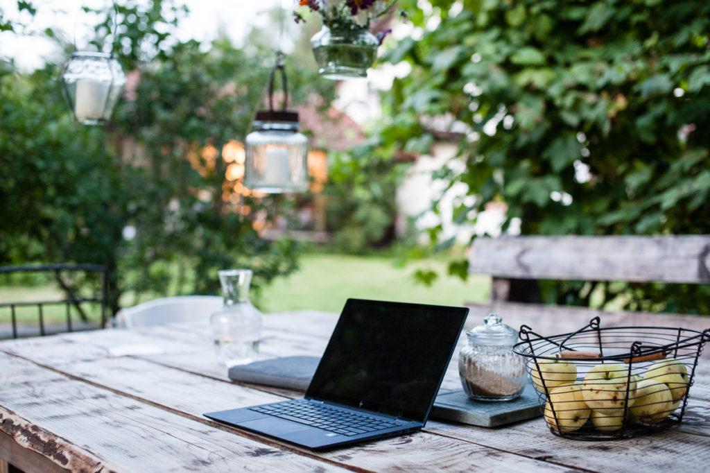 Table extérieur avec ordinateur portable pour le travail