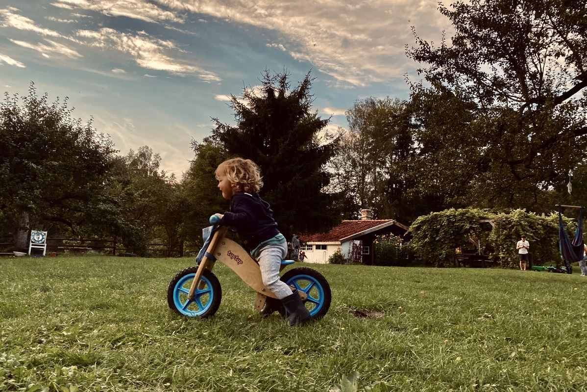 Hébergement Pologne Enfant jouant dans le jardin