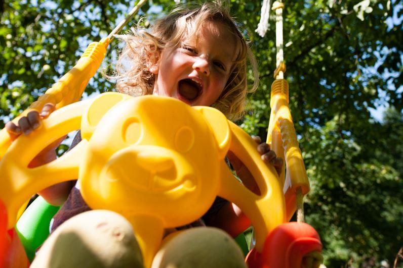 Enfant heureux faisant de la balançoire