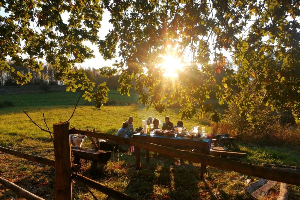 Coucher de soleil sur un feu de camp en pleine nature