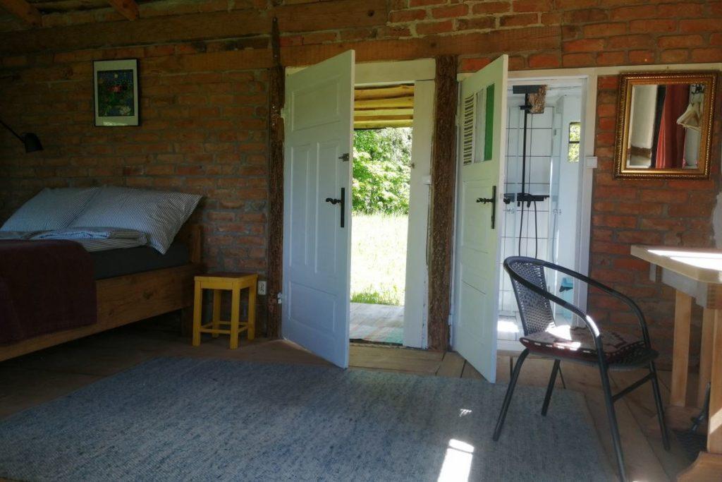 Intérieur du bungalow Warmiak avec lit double