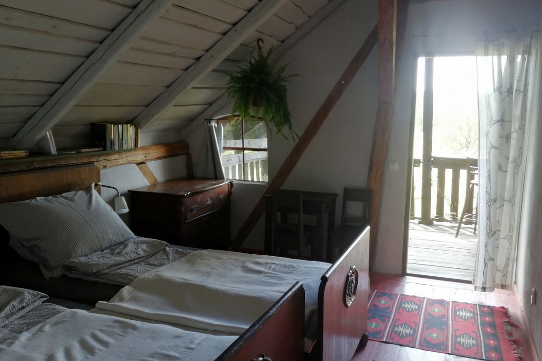 Twin bedroom with terrace access